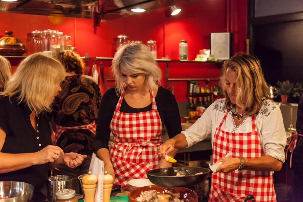 zelf-koken-tijdens-de-kookworkshop