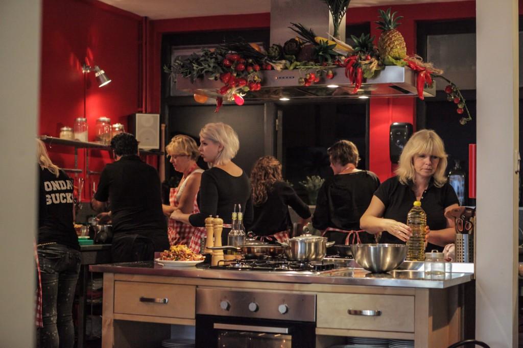 gezellig-koken-met-een-groep-kookles-leeuwarden
